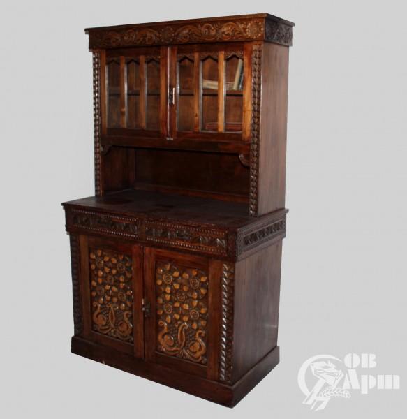 Шкаф-буфет с растительным орнаментом