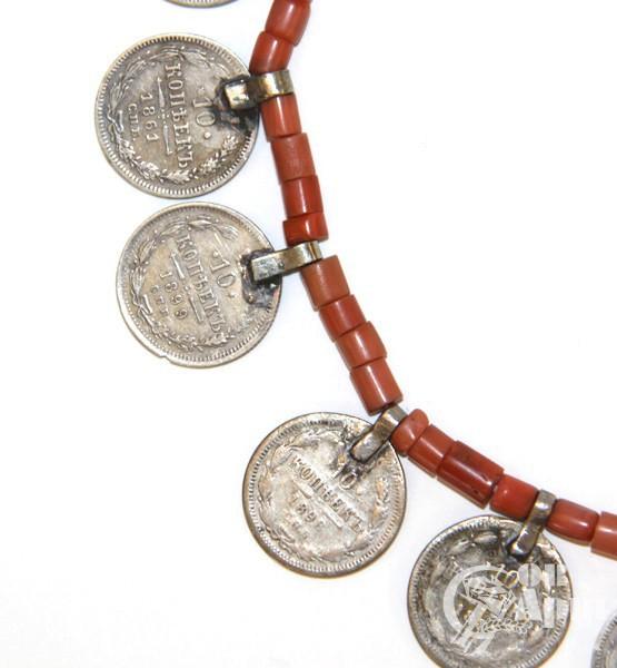 Колье с кораллом и монетами
