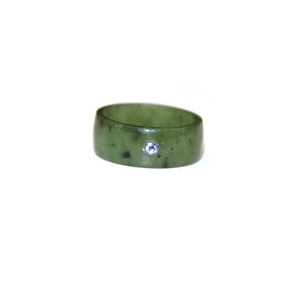 Кольцо из нефрита с инкрустацией