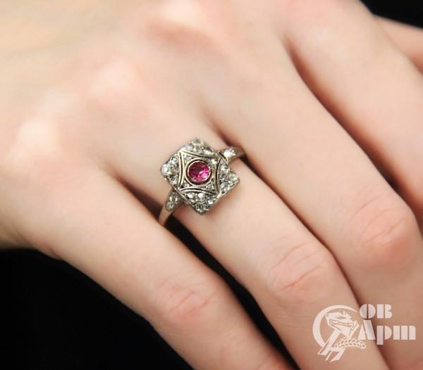 Кольцо с алмазами и выращенным рубином в стиле ар деко