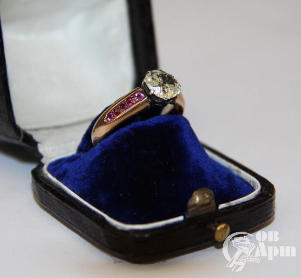 Кольцо с бриллиантом и рубинами