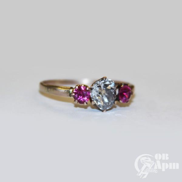 Кольцо с бриллиантом и рубинами выращенными
