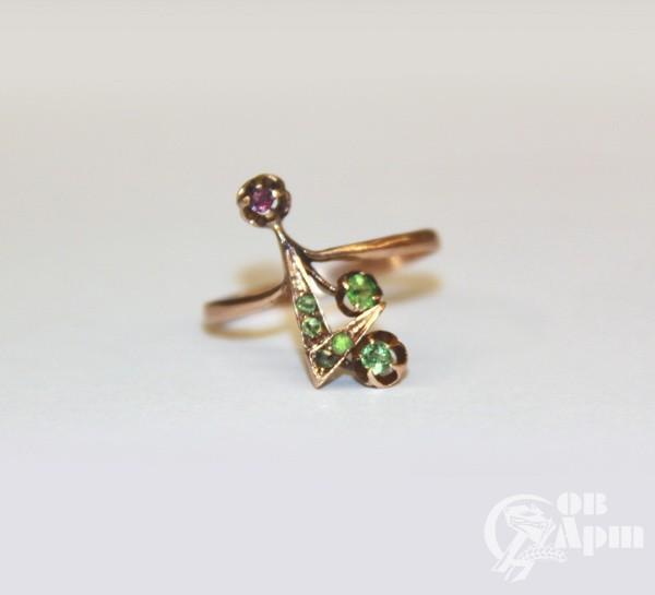Кольцо с демантоидами и фиолетовым сапфиром