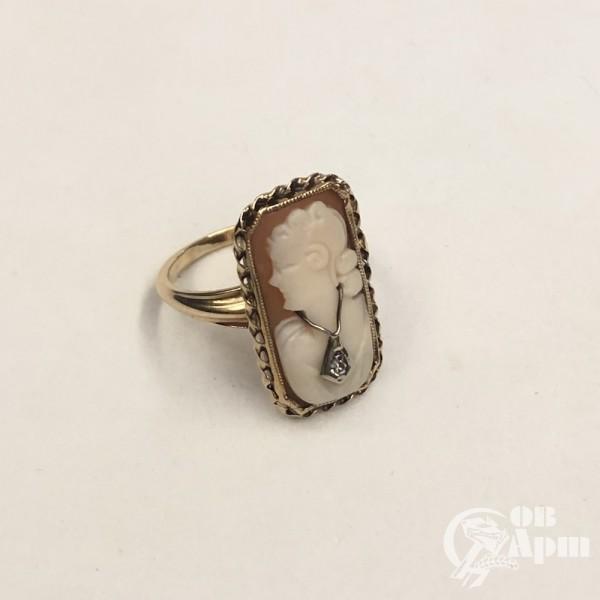 Кольцо с камеей на раковине