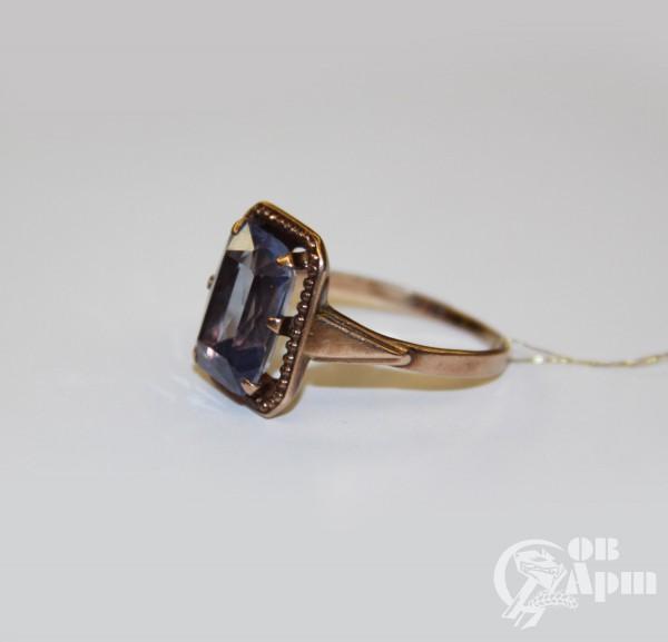 Кольцо с корундом с эффектом смены цвета