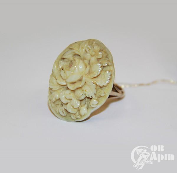 Кольцо с резной костяной вставкой в виде цветов