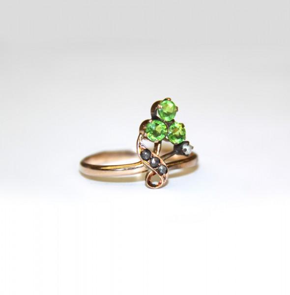 Кольцо с зелеными стеклами