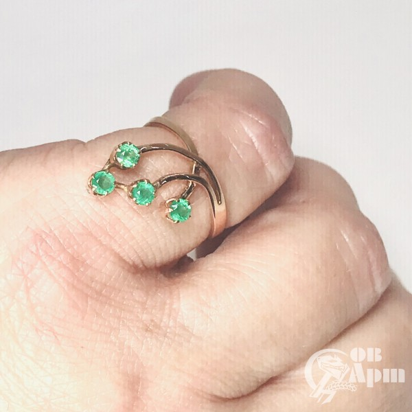 Кольцо веточка с изумрудами