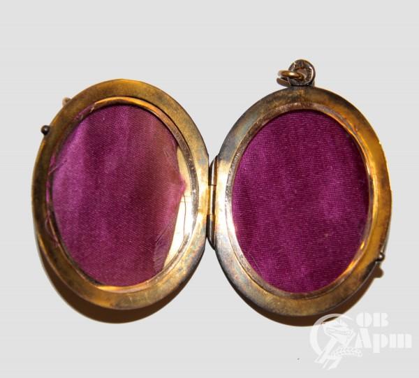 Медальон мастерской Марии Адлер
