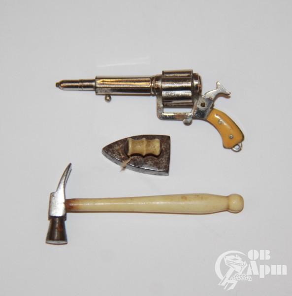 Миниатюры: пистолет (держатель для карандаша) утюг и молоток в футляре