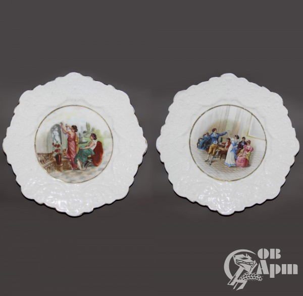 Парные декоративные тарелки с бальными и бытовыми сценами