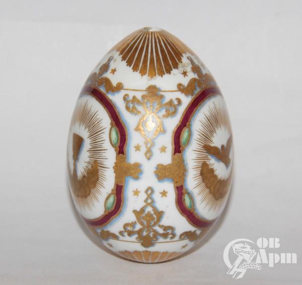 Пасхальное яйцо с изображением креста и Святого Духа в виде голубя