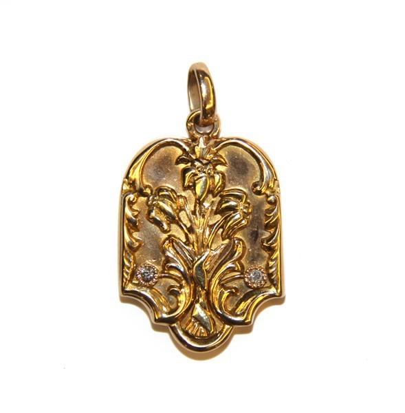 Подвеска-медальон с флористическими мотивами
