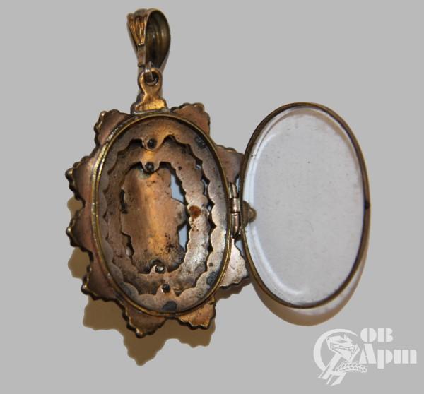 Подвеска-медальон с гранатами