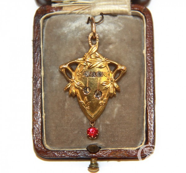 Подвеска с алмазами и выращенным рубином