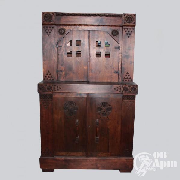 Шкаф-буфет с геометрическим орнаментом