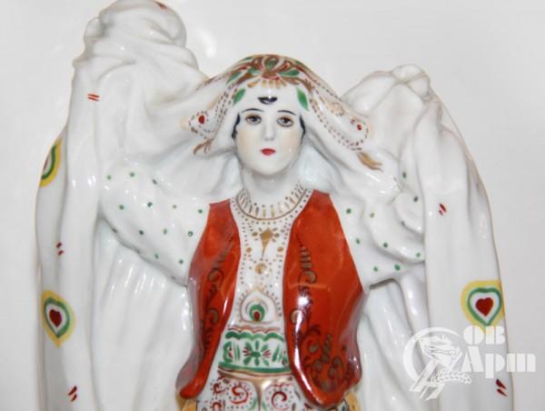 """Скульптура """"Афганская женщина, снимающая чадру"""""""