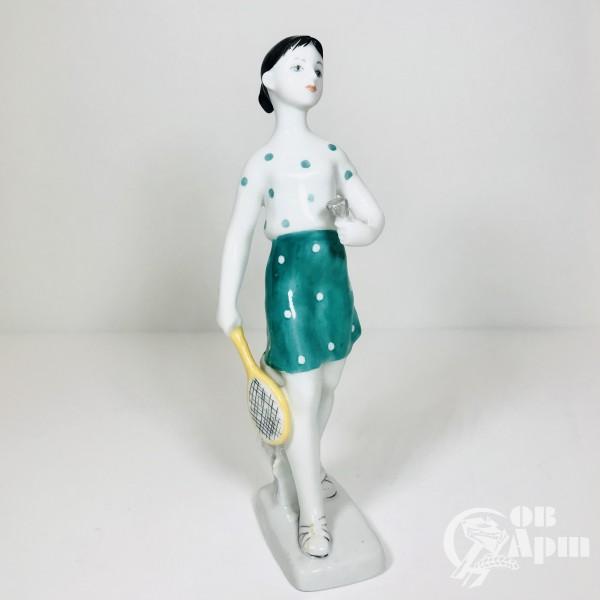 Скульптура «Бадминтонистка». Девочка с ракеткой.