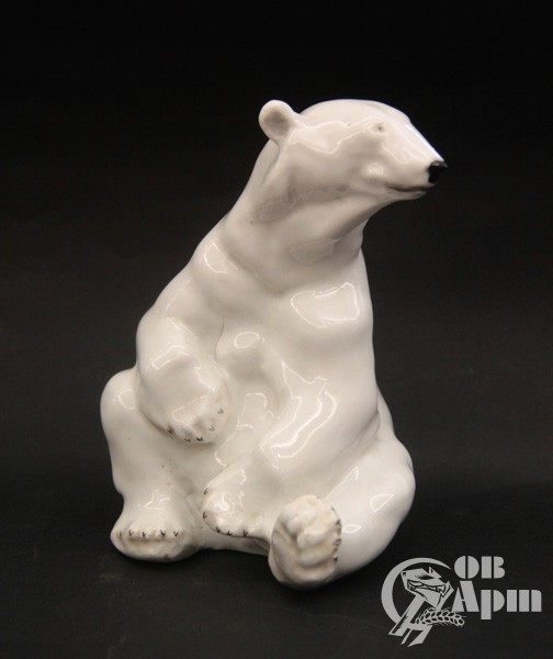 """Скульптура """"Белый медведь"""", имеется печная трещина"""