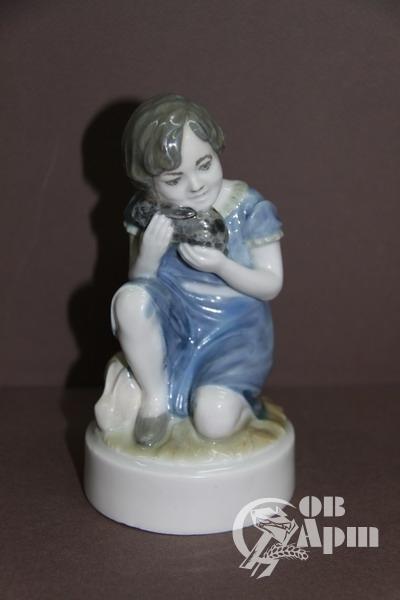 """Скульптура """"Девочка с кроликом"""""""