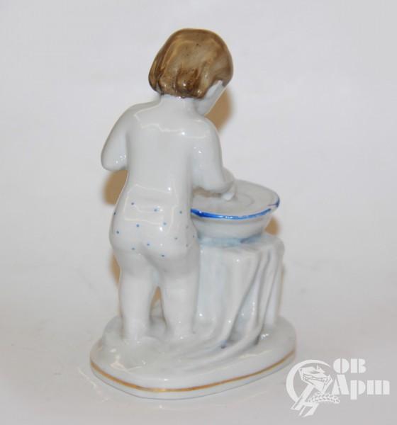 """Скульптура """"Девочка с тазиком"""""""