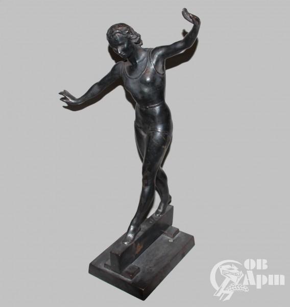 """Скульптура """"Девушка на буме"""""""