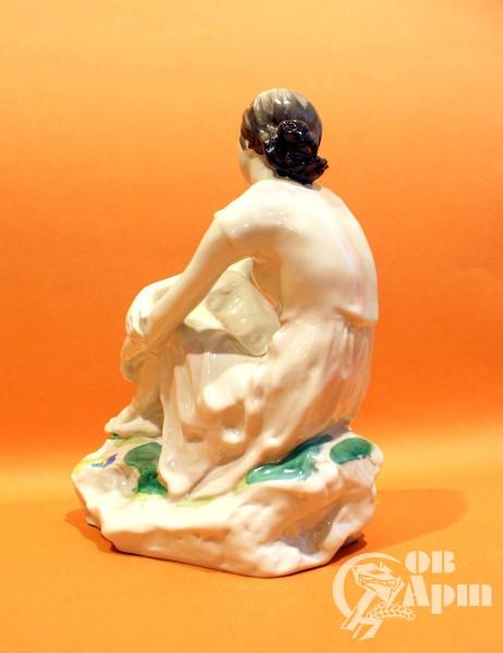 """Скульптура """"Девушка с букетом (На отдыхе)"""""""