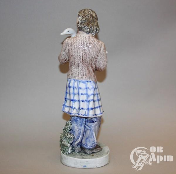 """Скульптура """"Девушка с гусем"""""""