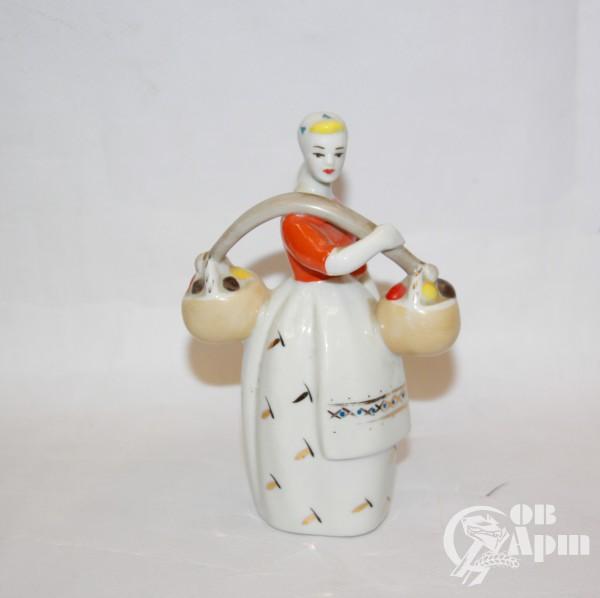 """Скульптура """"Девушка с коромыслом"""", Полонне"""