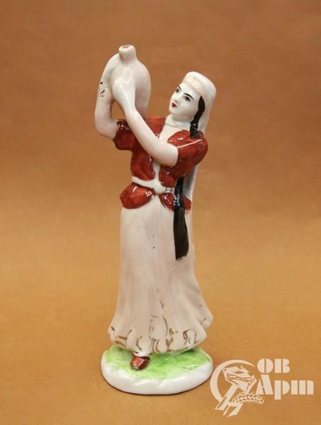 """Скульптура """"Девушка с кувшином"""""""