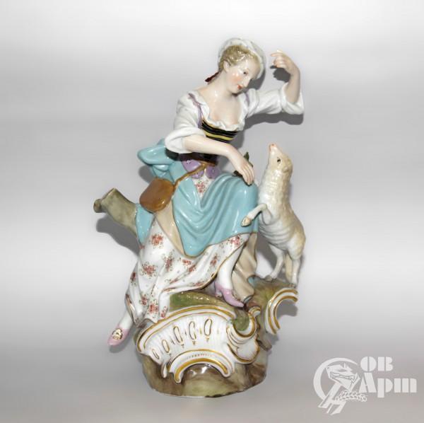 """Скульптура """"Девушка с ягненком"""""""