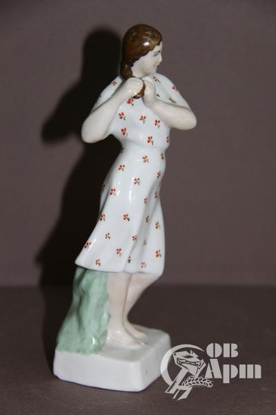 """Скульптура """"Девушка, заплетающая косу"""""""