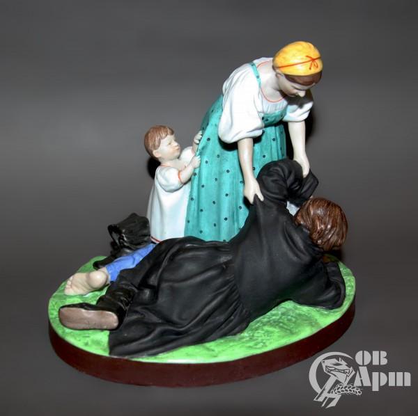 """Скульптура """"Из кабака. Женщина с ребенком,поднимающая пьяного мужа"""""""