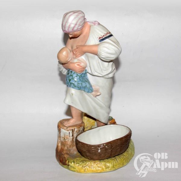 "Скульптура ""Крестянка, кормящая ребенка"""
