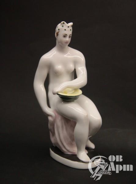 "Скульптура ""Купальщица с тазом"""