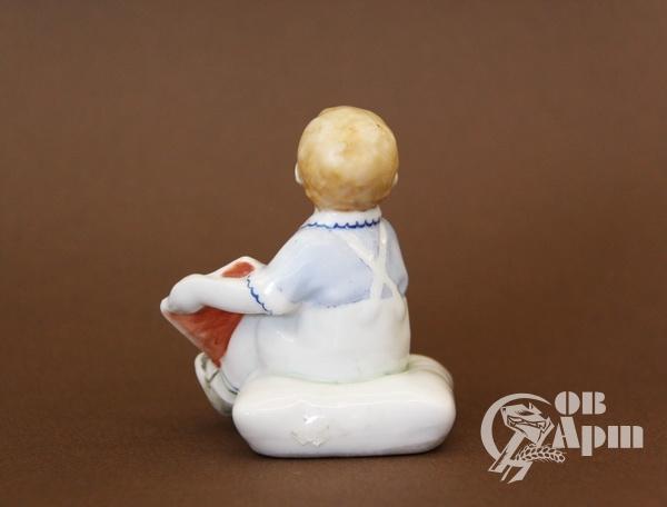 """Скульптура """"Мальчик с букварем"""""""