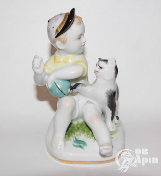 """Скульптура """"Мальчик с кошкой"""""""