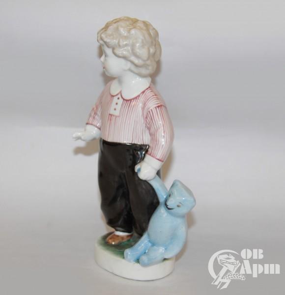 """Скульптура """"Мальчик с медведем"""""""
