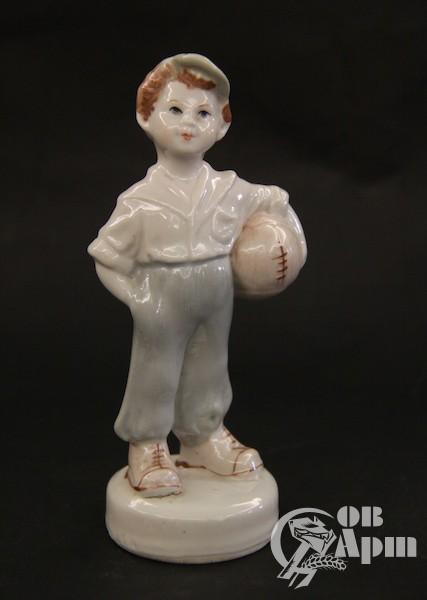 """Скульптура """"Мальчик с мячом"""""""