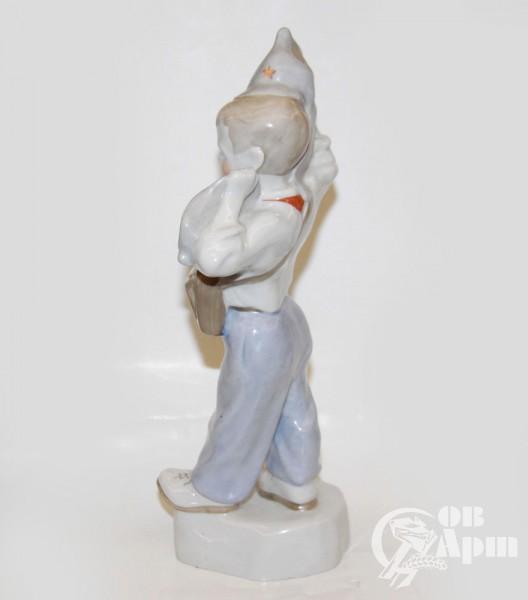 """Скульптура """"Мальчик с противогазом"""""""