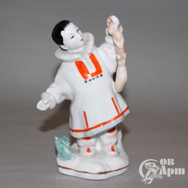 """Скульптура """"Мальчик-якут с белкой"""""""