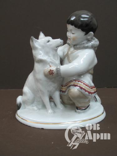 """Скульптура """"Мальчик-якут с собакой"""""""