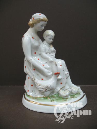 "Скульптура ""Мама с ребенком"""
