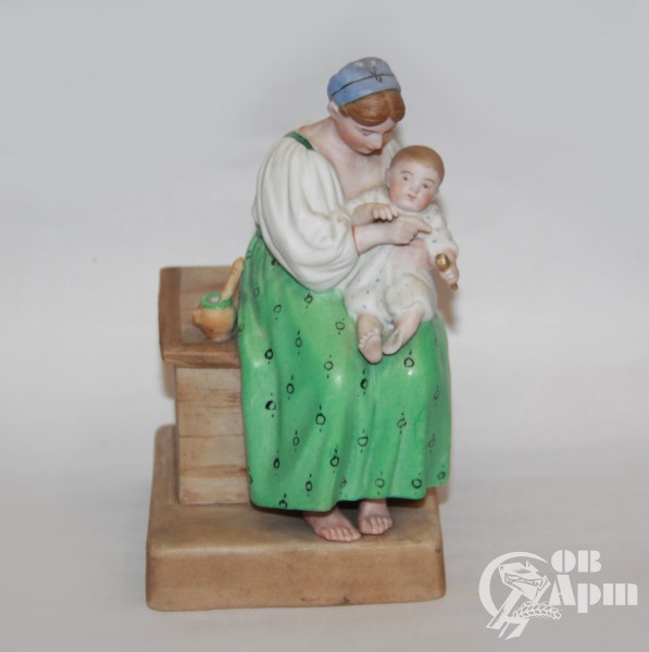 "Скульптура ""Крестьянка кормит младенца"""