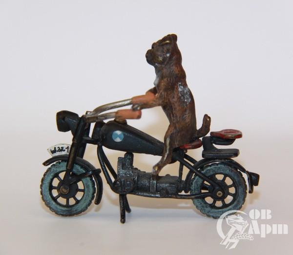 """Скульптура """"Мопс на мотоцикле"""""""