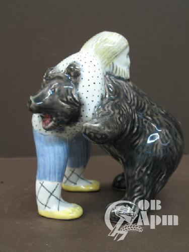 """Скульптура """" Мужик и медведь"""""""