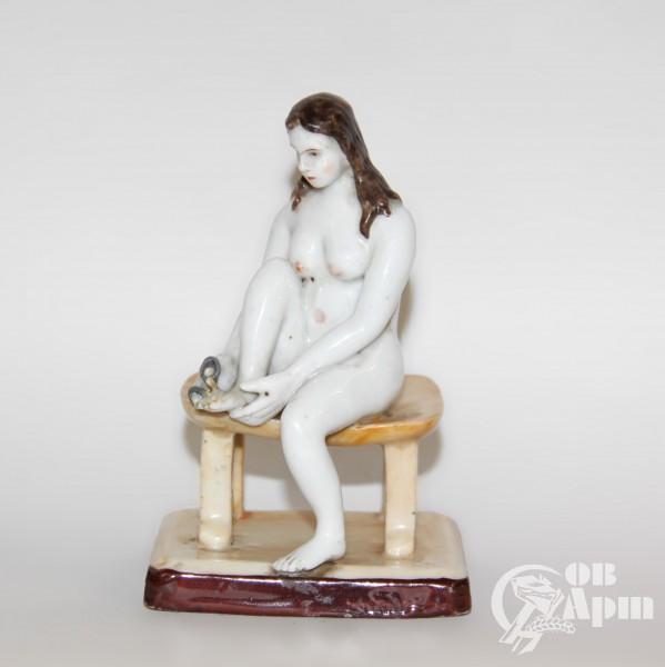 """Скульптура """"Обнаженная за педикюром"""""""