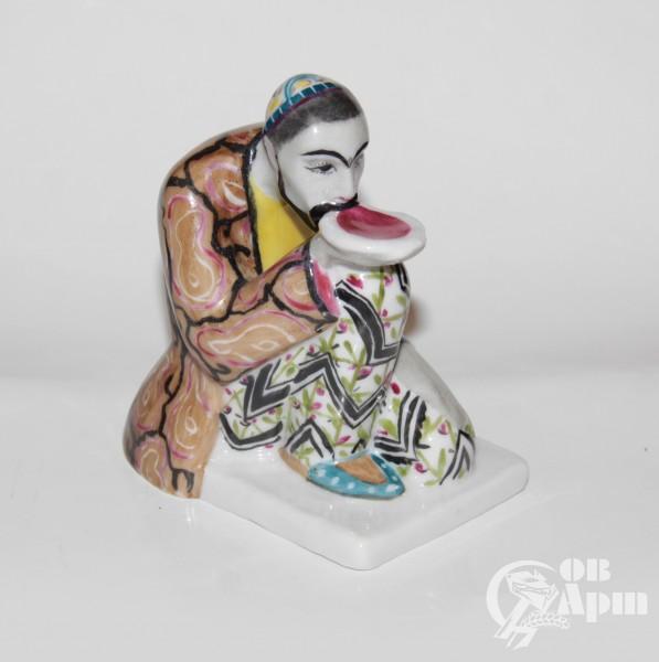 """Скульптура """"Перс с блюдцем"""""""