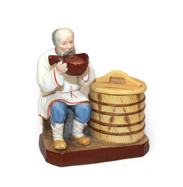 """Скульптура """"Старик, пьющий воду"""""""