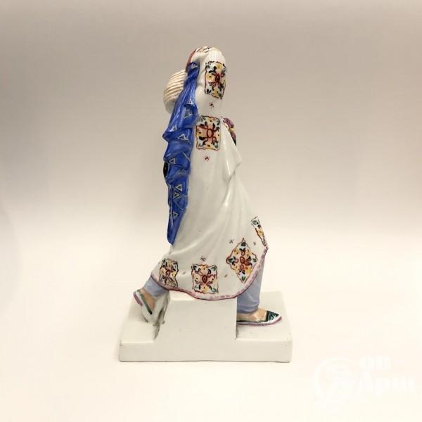 """Скульптура-упор для книг """"Киргизка с петухом"""""""